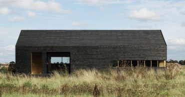 広大な湿地帯、影のようにたたずむ真っ黒なハコ「Barns Ennobled」