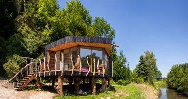 水辺の高床式住居で、自然に寄り添う生活を「sustainable passive holiday house」