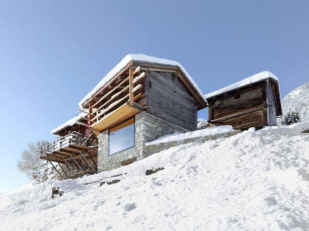 見た目はレトロ、中身はモダン、時間の対比を楽しめる「a small alpine cabin」
