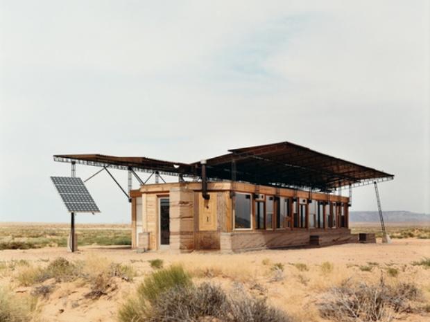 蝶のような屋根を持つ、荒野の一軒家「No Grid in Sight」