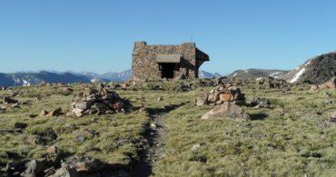 世界の頂点に立つ、石造りのミニマムハウス「Notch Mountain Shelter」