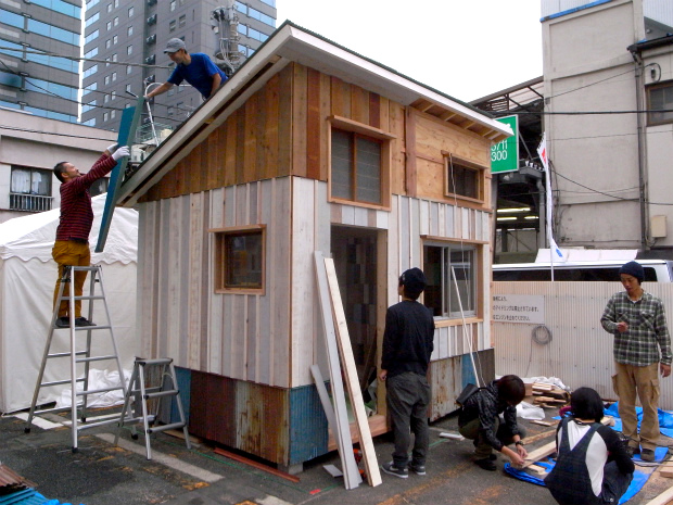 虎ノ門ヒルズの小屋展示場で公開されたgreenz.jp代表 の鈴木菜央と YADOKARIがコラボレーションした小屋。施行は小屋部。