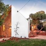 ゲストとして招かれたい!シンメトリーな切妻屋根のビーチハウス「Barwon House」