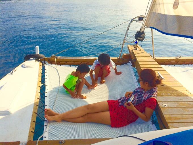 海で泳いで遊んだあとにヨットの上でくつろぐ友人とBLUE WATER ADVENTURE'S のお子さんたち。