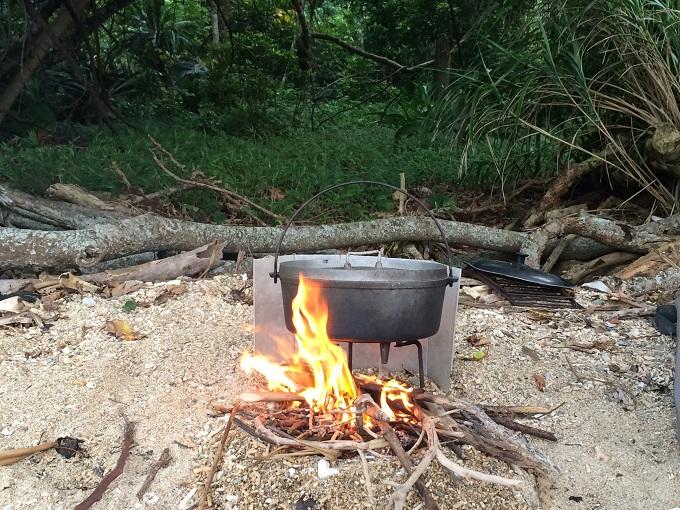 調理は薪を集めるところから。森の前のビーチで焚き火。