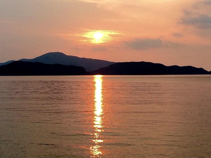 無人ビーチから眺めた夕陽。