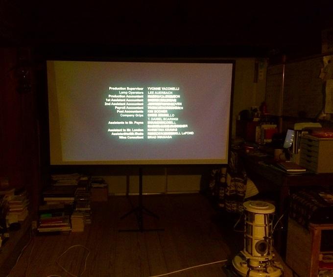 友人宅に導入されたプロジェクター。時々、集ってお酒を楽しみながら映画を観ます。