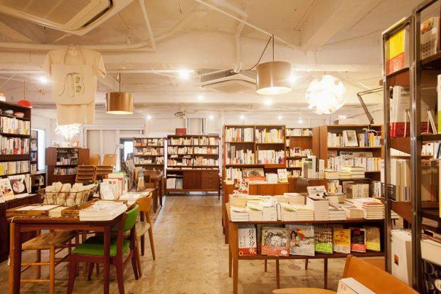 B&Bは下北沢にある書店。「これからの街の本屋」をコンセプトに、営業している。本のセレクトに加えて店内で飲めるビールやコーヒーのおいしさや、毎日行われているトークイベントの面白さも評判が高い。