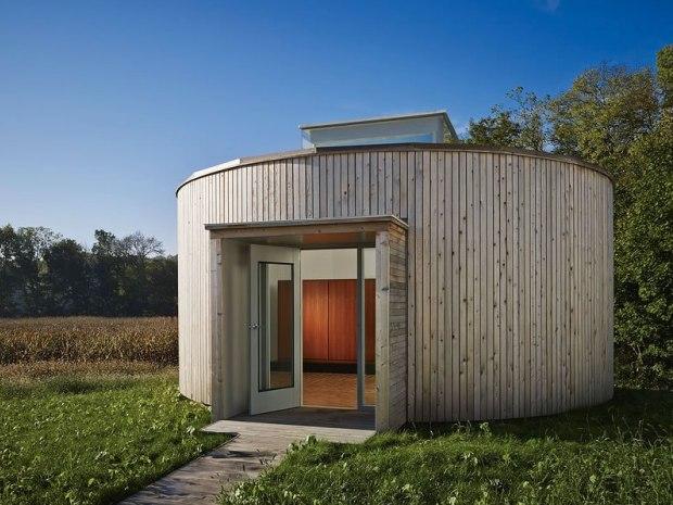学生プロジェクトから生まれた、エレガントな円形の住まい「Round House Financed Through Crowd-Funding」