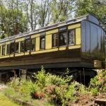 廃棄された列車をリノベーションした、アップサイクルなホテル「Railholiday」