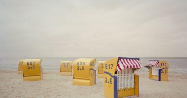写真家がとらえた静寂の海水浴場「Leisure」