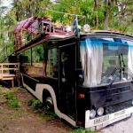 バスの屋上デッキで森林浴が楽しめる家「Bus converted into cabin with a rooftop deck」