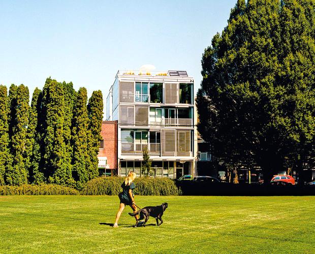 プレハブを積み立てた、住人同士が仲良くなれるアパート「MONAD Vancouver Canada」