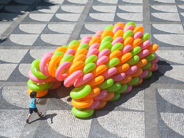 カラフルな浮き輪が遊び場に変身「playLAND」