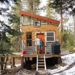 スノーボーダーが森に建てた、仲間の集う小さなキャビン「Tim and Hannah's DIY Micro Cabin」