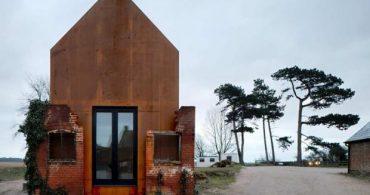 ここまで荒廃した建物をそのままに!?移動可能なアートスタジオ「Dovecote Studio 」