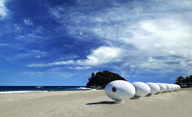 海辺に置かれたおおきな卵 Egg-Shaped Beach Pod「ALBANG」