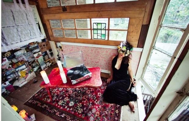 予算400ドルで建てた、キュートでキッチュなツリーハウス「 Treehouse in Brooklyn」