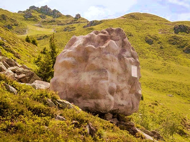 アルプスの山間に佇む、岩のような山小屋「Antoine」