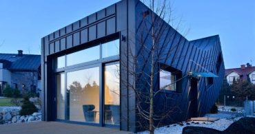 黒と白のキューブで構成された現代彫刻のような家「DOMO DOM」