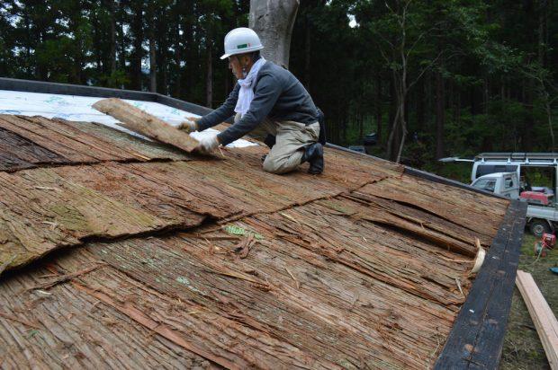 剥いた杉の樹皮を屋根に敷いていきます(樹皮の下に防水シートも敷いてあります)