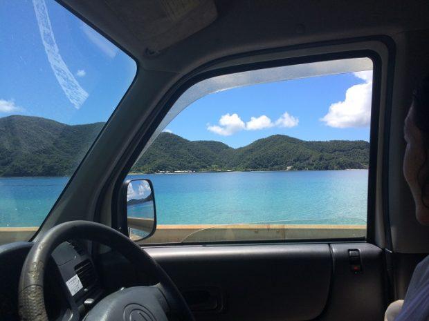 友人が来たときの車からの景色。真冬ですが晴れていればこんな風に海も青。