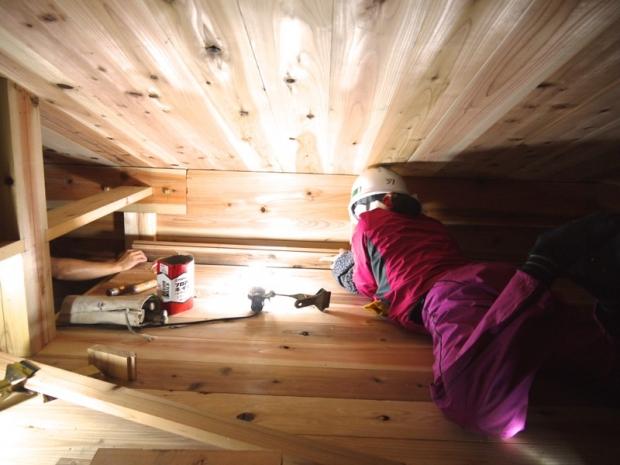 日が暮れた後、小屋内部のロフト床を仕上げのためラストスパート中!