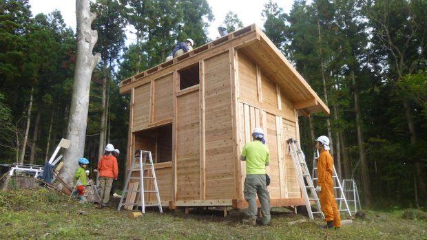 1日目で壁と屋根の下地まで作業が進みました。2日目は屋根や、内部の床を仕上げていきます。