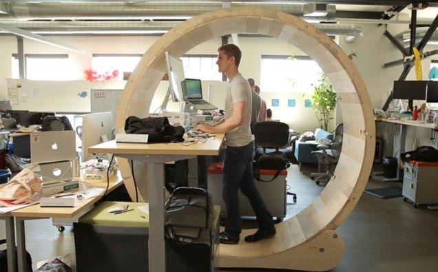 人間ハムスター「Hamster Wheel Standing Desk」