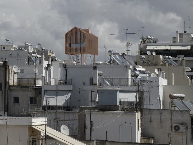 ギリシャの空に浮かぶ小屋「Detached」