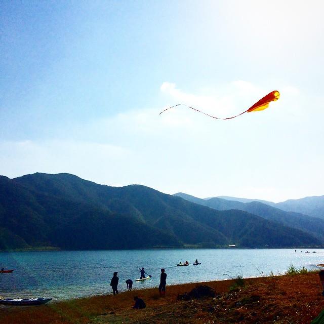 海上ではカイトが飛ばされ、青空を映す海の上を華やかに彩っていました。