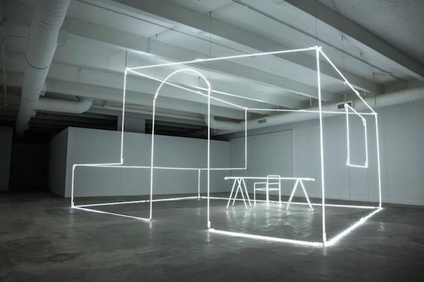 削ぎ落とし、残ったものが必要なもの。「Massimo Uberti Neon Tubes installation」