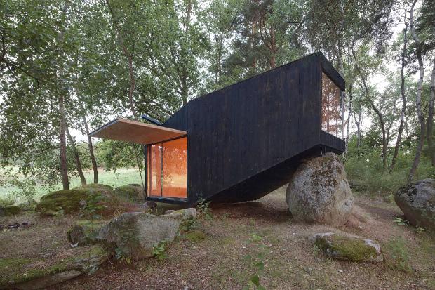 岩の傾斜をよじ登る建築物「Forest retreat」