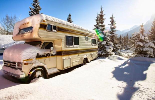 旅行熱に浮かされた僕らは厳寒のカナダでキャンパーに住まう「Alex and Marta's Van Life」