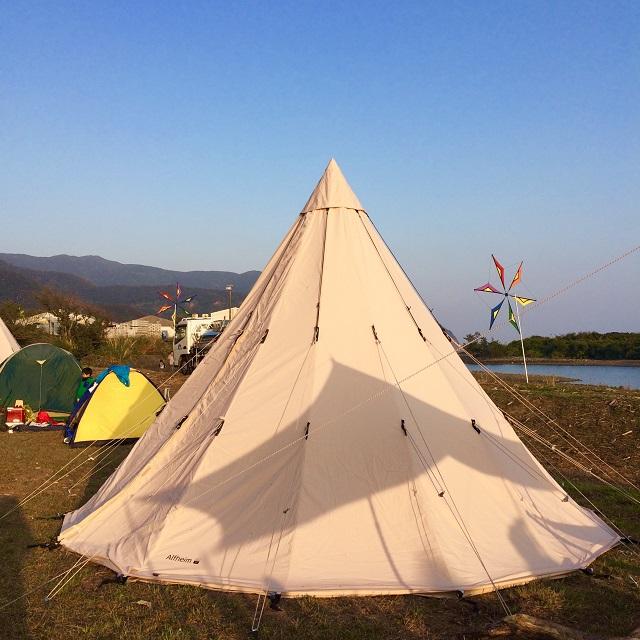 ほかの方のテントを見るのも楽しい。かわいいティピー型のテント。