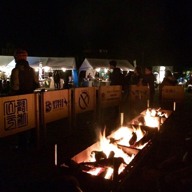会場の中心で行われた焚き火。夜をさらに盛り上げます。