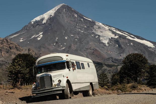 バス?いいえ家です、南アメリカの自然の中を颯爽と走るモーターホーム「La Chanchita」