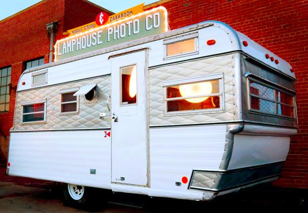 """思い出の一枚を写し出す、ヴィンテージのキャンパーを利用した出張フォトスタジオ「The """"Lampy"""" Camper 」"""