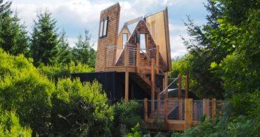 眺望は最高!屋根が開く、三角お屋根のツリーハウス「The Sky Den」