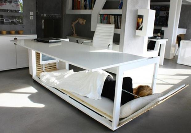 上がデスクで、下がベッド。備えよ常に!「WorkBed 2」