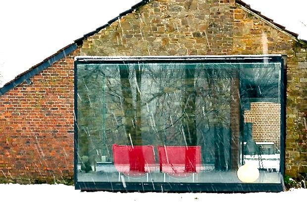 石造りの小屋とガラスのキューブの、モダンなホテル「Glass House」