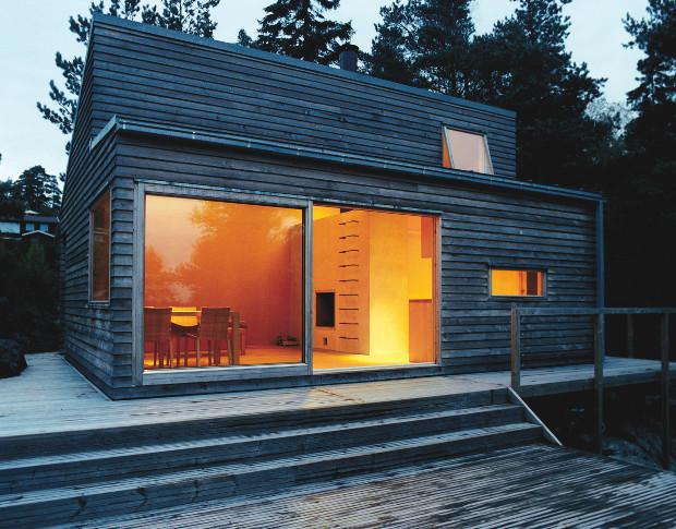 休暇のために作られた、高い天井の小ぶりな別荘「Woody35」