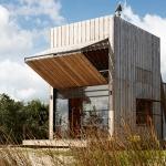 大きく豊かな暮らしのための、ビーチのほとりの小さい家「Sled House」