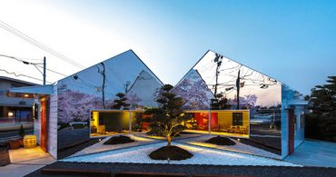 外壁に桜の森が映るカフェ「Mirrors」