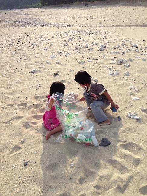 こちらは島の子どもたち。一緒に浜辺に流れ着いたごみを片付けているところ。