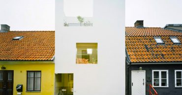 幅5メートルの土地に建てられた、スウェーデンの真っ白い家「Townhouse」