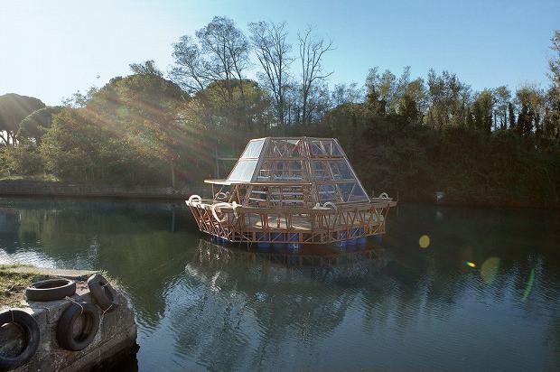 水面に浮遊し、自ら水を生み出すグリーンハウス「Jellyfish Barge」