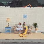 人々の暮らしを写す、屋内で撮影されたような、屋外の写真「Set in the Street」