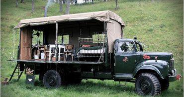 50年代の消防車を改造したトレーラーハウスで、風変わりな宿泊を「Beermoth」