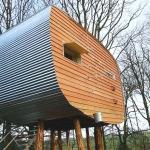 子どもの心を取り戻す大人の空間、3つのポッドを連結したスコットランドのツリーハウス「An Off-grid Treetop Hideaway by echo living」